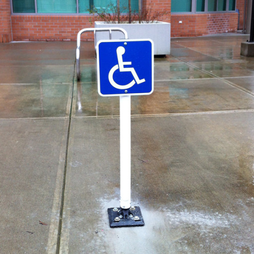 Flexible-Bollard-With-Sign-Installed02